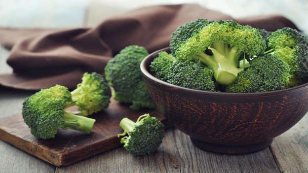 Diapositiva 8 de 30: Cruciferous veg such as broccoli, cabbage, cauliflower and kale contain anti-cancer substances known as glucosinolates, including the compounds indoles and isothiocyanates, which impede cancer growth. A study of 5,000 Chinese breast cancer survivors discovered that those who ate lots of cruciferous veg were more likely to live longer and have a decreased chance of the cancer returning.