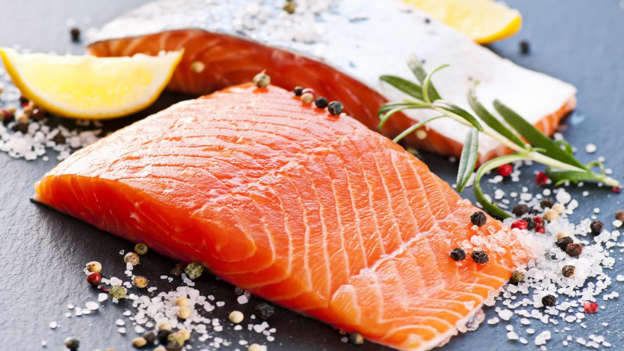 Diapositiva 24 de 30: Salmon, sardines, trout and mackerel are types of oily fish that can thwart cancer. These species are rich in omega-3 fats that reduce inflammation in the body. Good quality fish oil supplements are another option.