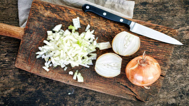Diapositiva 17 de 30: Onions contain flavonoids, which protect cells from damage and are increasingly thought to play a vital role in preventing cancer. One of the largest nutrient families known to man, flavonoids is an umbrella term for a group of plant metabolites with powerful antioxidant properties.