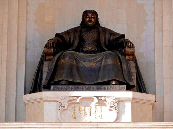 شريحة 6 من 16: يظل موقع قبر جنكيز خان لغزًا حتى الآن ويُعتقد أنه يمثل الكثير من الكنز مع الإمبراطور المغولي.  وفقا للمؤرخين ، تم دفن جنكيز خان بالقرب من مسقط رأسه في خينتاي ايماج في شمال شرق منغوليا.  ومع ذلك ، فشلت العديد من البعثات على مر السنين في العثور على أي شيء هناك.