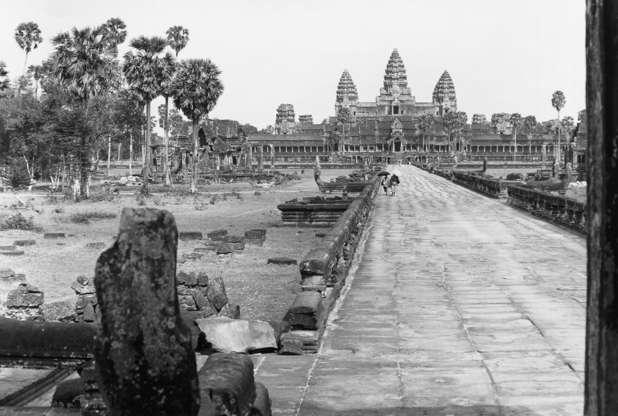 Διαφάνεια 22 από 27: Walkway leading towards a temple dedicated to Vishnu at the Angkor Wat ruins. The temple complex was built by Suryavarman II, who reigned between 1112 and 1152, Siem Reap, Cambodia.