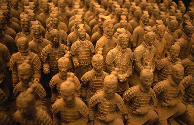 Διαφάνεια 5 από 27: CHINA - 1993/01/01: China, Shaanxi Province, Xian, Qin Shi Huang Di Tomb, Terra Cotta Soldiers. (Photo by Wolfgang Kaehler/LightRocket via Getty Images)