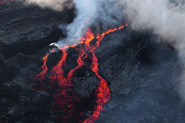 Diapositiva 4 de 16: Lava flows out of the Piton de la Fournaise volcano as it erupts on May 17, 2015 on the French island of La Reunion in the Indian Ocean. The Piton de la Fournaise started to erupt early on May 17, with its last eruption dating back to February 4. AFP PHO