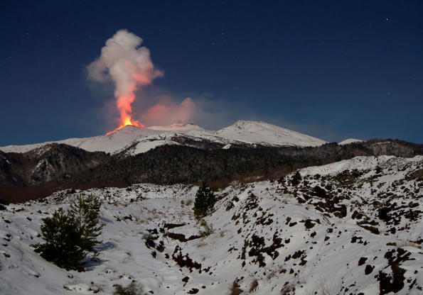 Diapositiva 3 de 16: Eruption of Mount Etna on the night of 8-9 February 2012 viewed from the Mareneve road above Fornazzo in Sicily, Fornazzo, Italy. (Photo by: Loop Images/UIG via Getty Images)