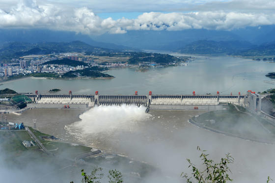 15 枚のスライドの 2 枚目: YICHANG, HUBEI PROVINCE - SEPTEMBER 19:  (CHINA OUT) Flood water is released from spillways of the Three Gorges Dam on September 19, 2014 in Yichang, Hubei Province of China. The second flood peak, caused by heavy downpours in the upper reaches of the Ya