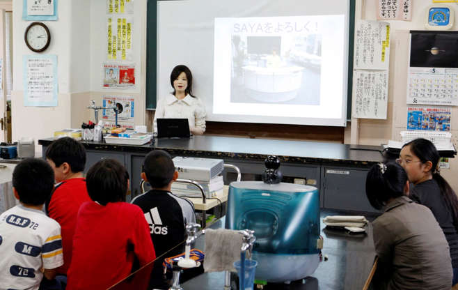 Slide 19 de 27: From smart classrooms to robots that are capable of interacting with students, teachers are being replaced by technology. Equipped with HD cameras, 3D sensors, microphones and an encyclopedic memory, these robots can even express emotions.